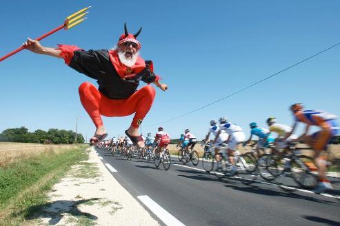 """[Photo Joel Saget (AFP)]ROUGE - Comme Didi Senft alias """"El Diablo"""", un supporter allemand connu comme le loup blanc, qui saute de joie au passage des coureurs mercredi 9 juillet"""