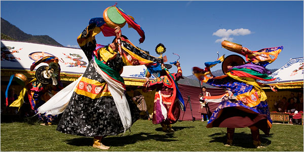 [Shuzo Uemoto/Honolulu Academy of Arts]Black Hat dancers in Thimphu. They will perform at the opening ceremony of an unprecedented exhibition of art and dances from Bhutan in Honolulu