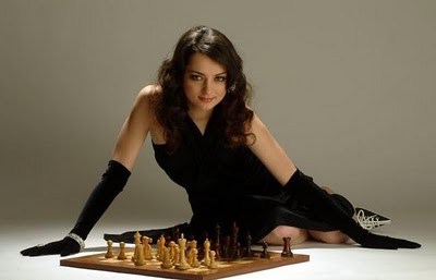 """MIREYA ROCA, BARCELONA: Aleksandra Kosteniuk se acaba de proclamar campeona del mundo de ajedrez a los 23 años, y allá donde va defiende con uñas y dientes el que es su lema de cabecera: """"Belleza e inteligencia pueden ir de la mano""""."""