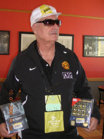 Orgulloso poseedor de preciados tesoros los exhibe en la Cafeteria de Librería Borden, Dolphin Mall, Miami