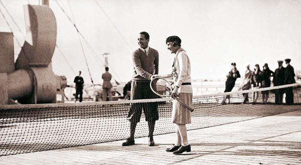 [D. R.]René Lacoste épouse Simone Thion de La Chaume, elle-même championne de tennis. Ensemble, ils donneront naissance à une fille, Catherine, qui deviendra championne du monde de golf. Bon sang ne saurait mentir…