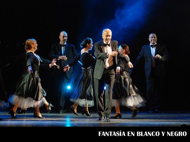 Al frente Alberto Cormillot, Fantasía en Blanco y Negro, Dulcemente Alegres, Teatro ND Ateneo, diciembre 2009 [Foto Antonio Fresco]